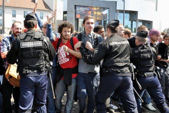La police a évacué la place de la Bastille dimanche soir. © MaxPPP