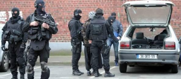 Une des arrestations près de Roubaix, mercredi matin. © Denis Charlet / AFP