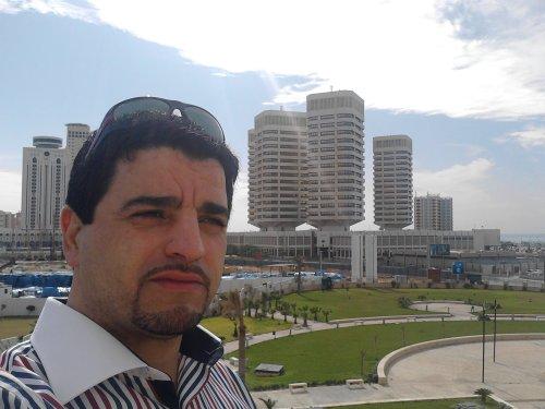 Khalid EL Moutaani devant l'hôtel Corinthia de Tripoli