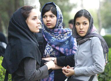 Filles iraniennes portant le foulard