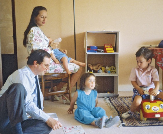 Ségolène¨ROYAL et François HOLLANDE avec leurs enfants Clémence (2 ans), Thomas (3 ans) et Julien (6 mois), au biberon.