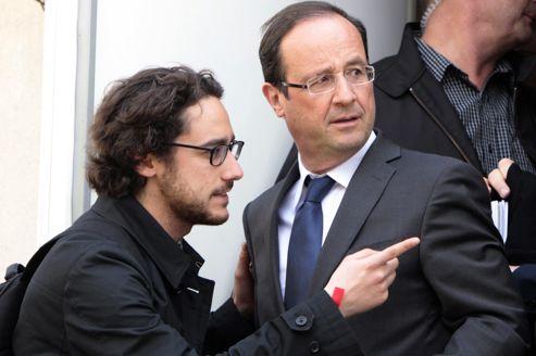 Thomas Hollande montre la direction à..François Hollande