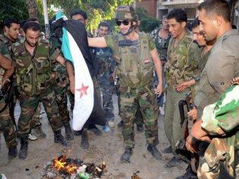 Soldats syriens brûlant un drapeau terroriste