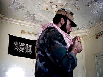 Djihadiste dans une maison à Alep avec le drapeau d'Al Qaïda