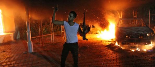Un protestataire devant le consulat de Benghazi, en Libye, le 12 septembre 2012 / Crédits : AFP