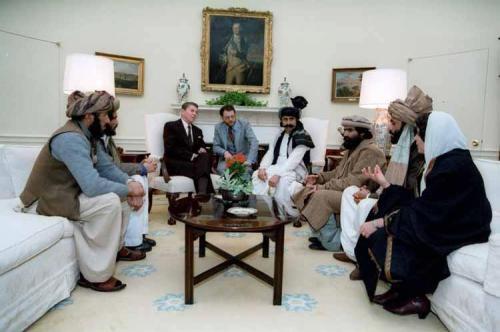 Ronald Reagan, recevant à la Maison Blanche, des talibans