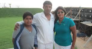 Abdallah Senoussi entouré de son fils et de sa fille Enoud
