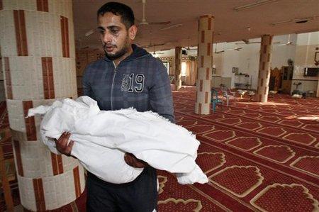 Yoused Abou Khoussa, portant le corps de son fils Iyad