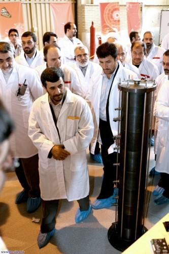 Ahmadinejad devant une centrifugeuse à Natanz