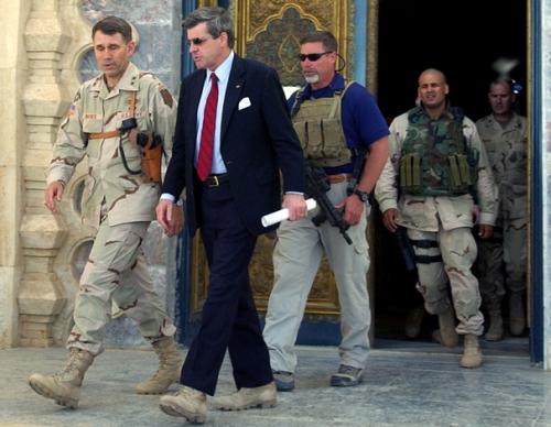 Paul Bremer entouré de GI's, en Irak