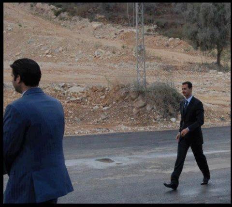 Bachar al-Assad visitant un check-point de l'armée, aujourd'hui, à Damas