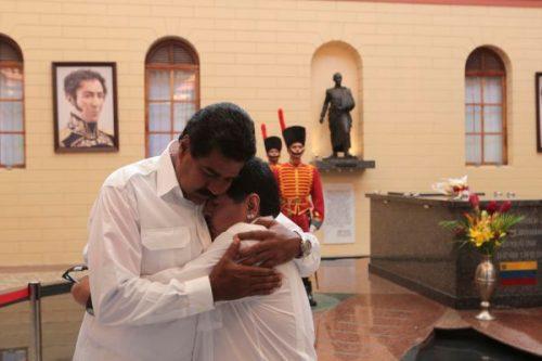 Maduro et Maradona s'embrassant devant le tombeau d'Hugo Chavez