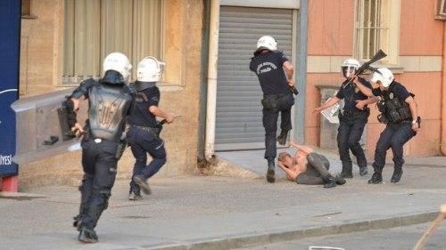 Policiers agressant un manifestant sans défense