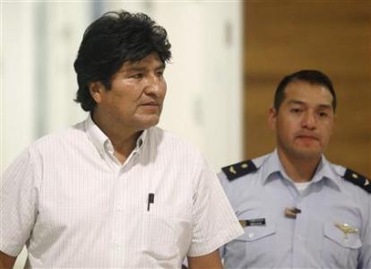 Le president Morales et son aide de camp à l'aéroport international de Vienne