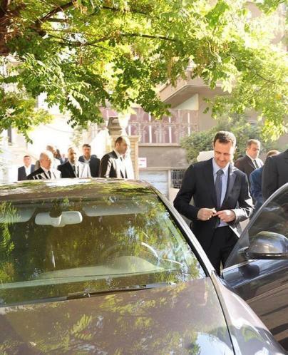 Le président Bachar Al Assad après la prière de Aïd al Fitr ce matin, repart au volant de sa voiture.