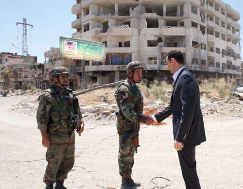 Bachar al-Assad et deux soldats syriens à Daraya