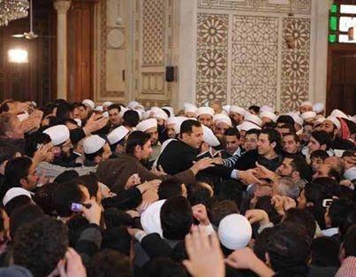 Bachar al-Assad en plein bain de foule au sein de la mosquée al-Sayyedeh Hassiba