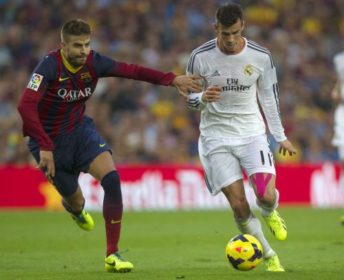 Piqué (gauche) et Gareth Bale (droite) lors du Clasico