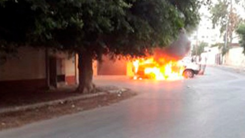 voiture en feu devant l'ambassade russe à Tripoli, hier (Reuters)