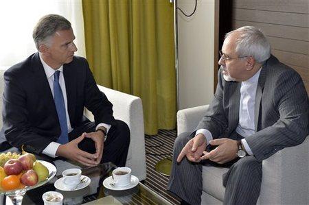Didier Burkhalter (droite), ministre des Affaires étrangères suisse et son homologue iranien Mohammad Javad Zarif 'droite)