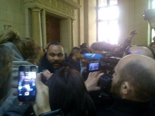 Arrivée de Dieudo au Tribunal, interviewé par les mainstream !