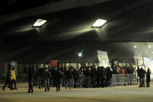 Les fans de Dieudonné à l'entrée du Zénith ce soir
