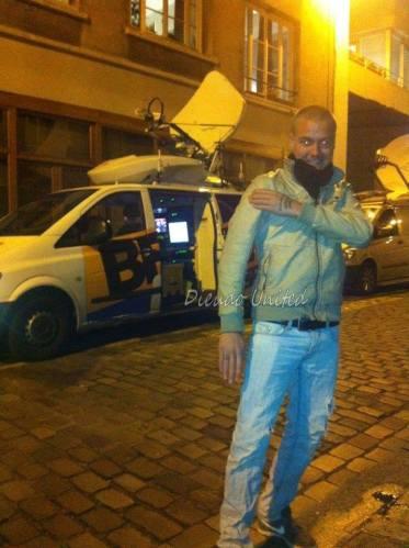 Quenellier devant le véhicule de BFMTV, hier, devant le théâtre de la Main d'Or