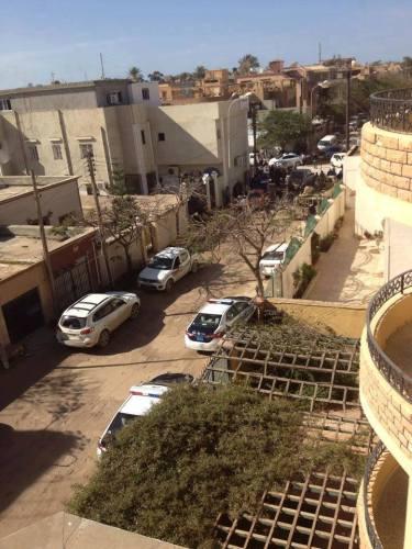 L'école Mahed Al-Marifa, au bout de la rue à gauche