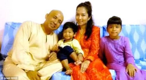 Zaharie Ahmad Shah avec son ancienne épouse et ses enfants