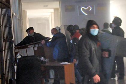 Militants dans le siège de la SBU à Donetsk
