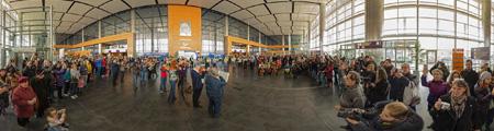 Pro-russes dans le hall de l'aéroport de Donetsk