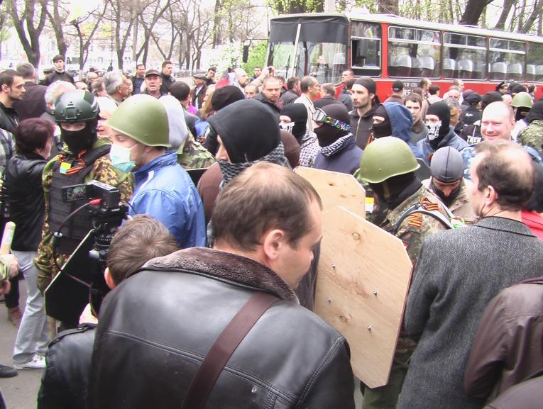 Foule compacte des pro-russes prête à la bagarre