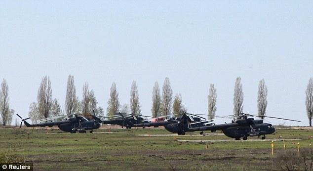 hélicoptères militaires russes en exercice au village russe de Severny près de la frontière russo-ukrainienne