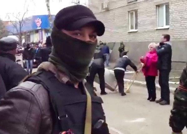 Un membre des forces spéciales appuie la population