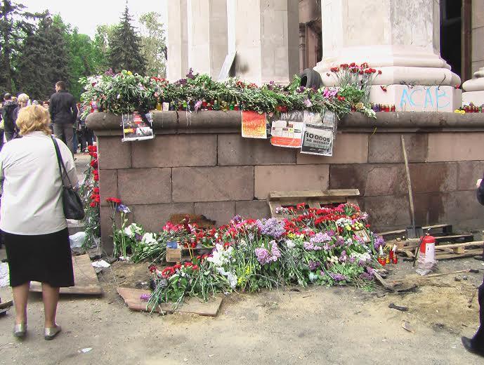 Fleurs en hommage aux victimes de la Maison des syndicats/Crédits photo/Alexandre Sivov