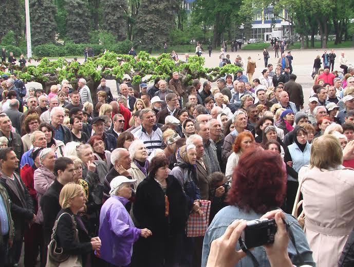 Foule silencieuse devant la Maison des syndicats.Crédits photo/Alexandre Sivov