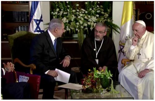 A gauche, Netanyahou, et à droite, le Pape François