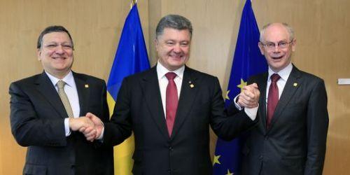Le président ukrainien, Petro Porochenko, entouré de Jose Manuel Barroso et Herman Von Rompuy, à Bruxelles le 27 juin