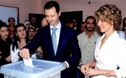 Le président Assad et la Première Dame, Asmaa `Al-Assad ont voté dans un bureau situé au centre de  Damas.