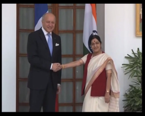 Laurent Fabius et son homologue indienne Sushma Swaraj/Capture d'écran YouTube