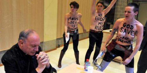 Femen agressant un prêtre dans son église.