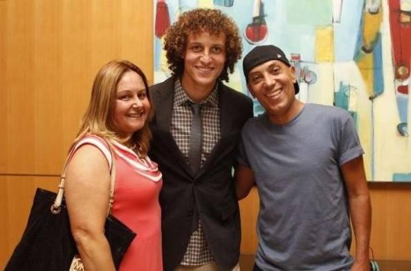 David Luiz entouré de sa mère et de son père