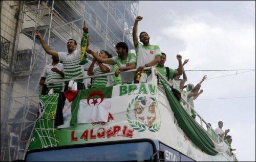 Un drapeau palestinien trône a coté de celui d'Algérie sur le bus de l'équipe pendant la parade à Alger
