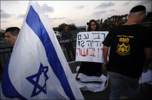 L'organisation d'extrême-droite israélienne Lehava a passé la soirée à jouer au chat et à la souris avec la centaine de policiers déployés.