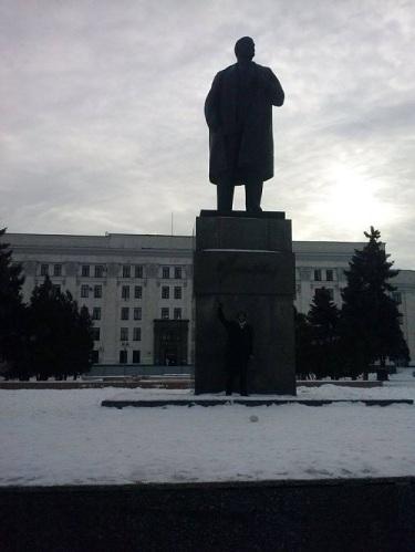 Ayo Benes sous la statue de Lénine