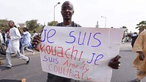 Un manifestant nigérien portant une pancarte qui fait froid dans le dos