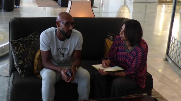 Nicolas Anelka et la journaliste Nabila Ramdani au Aurassi Hotel à Alger. (Al Arabiya)
