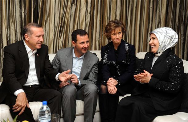 De gauche à droite: Erdogan, al-Assad, Asma Assad et Amine Erdogan
