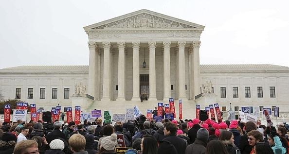Des partisans de l'Obamacare devant la Cour suprême à Washington. (Reuters)