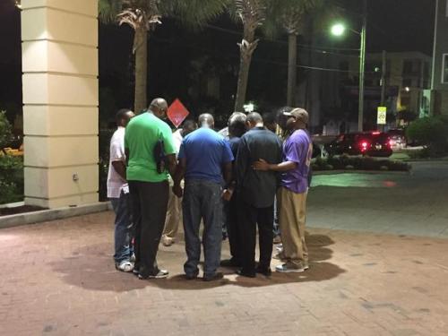 Pasteurs en prière à l'extérieur de l'Eglise